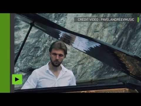 Un pianiste russe joue une œuvre musicale sur fond de nature pittoresque en Carélie