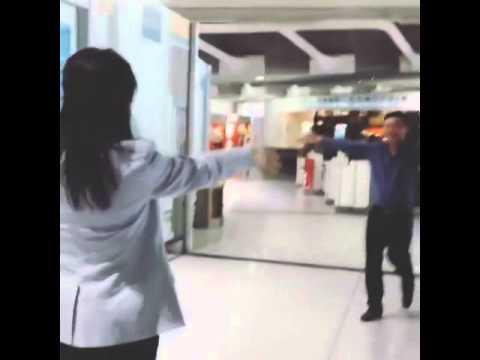 วินาที นายกทักษิณ กอด นายกยิ่งลักษณ์ ที่สนามบินปารีส