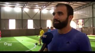 لاعب كرة القدم عبد الإله الحموي من الرياضة لدهن الحيطان
