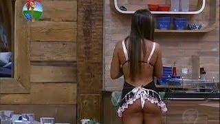 Repeat youtube video Nicole enlouquece Theo ao vestir lingerie sensual