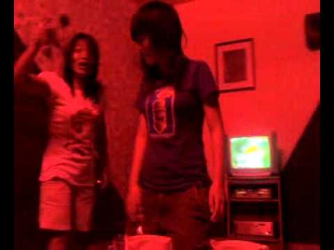 trong phòng karaoke