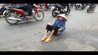 Cụ bà 94 tuổi nằm sấp trên tấm ván, lết khắp chợ nài nỉ người dân mua giúp vài tờ vé số