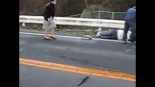 乗用車とスクーターの正面衝突事故.
