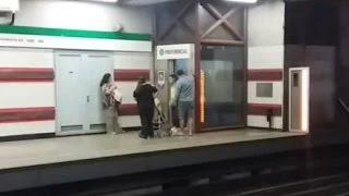 Usuarios de metro ocupan ascensor para no pagar el servicio - CHV NOTICIAS