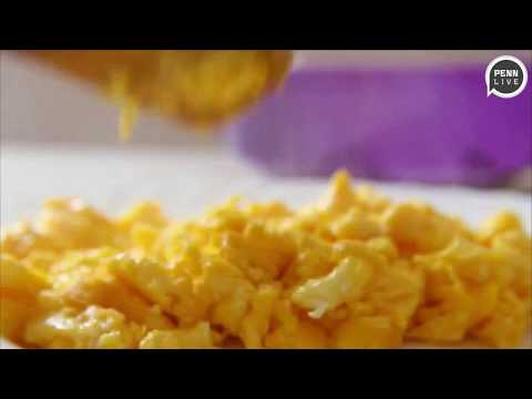 How to make scrambled eggs, fast and easy: video