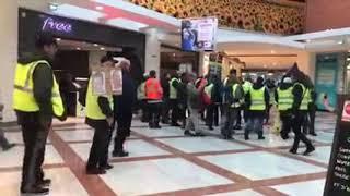 Les gilets jaunes manifestent dans le centre commercial d'Avignon - Le Pontet