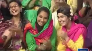 Jogi Baba And USA Girl Singing Attaullah Esakhelvi song Mazaq raat 2015
