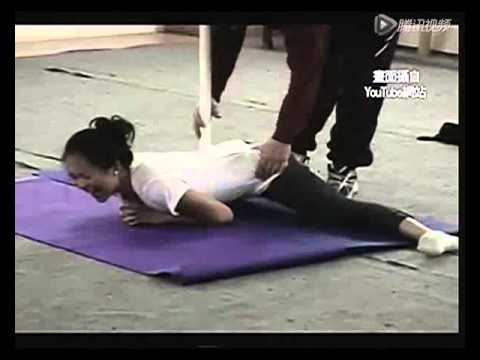 老师傅给 章子怡 传授八卦掌 (Ziyi Zhang practises Ba Gua Zhang)