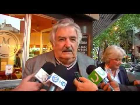 URUGUAY PRIMERA DAMA SE SACA LOS MOCOS , LUCIA TOPOLANSKI  VERGONZOSO !!! 2012