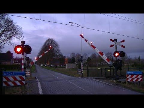 Spoorwegovergang Nieuw Amsterdam // Dutch railroad crossing