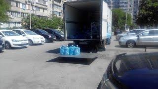 Работники доставки воды складируют пустые бутли в машину. Это можно смотреть много раз(Случайно заметили, как работники доставки воды заносят внутрь полные бутли, а выносят пустые. Просто поража..., 2015-06-06T19:41:30.000Z)