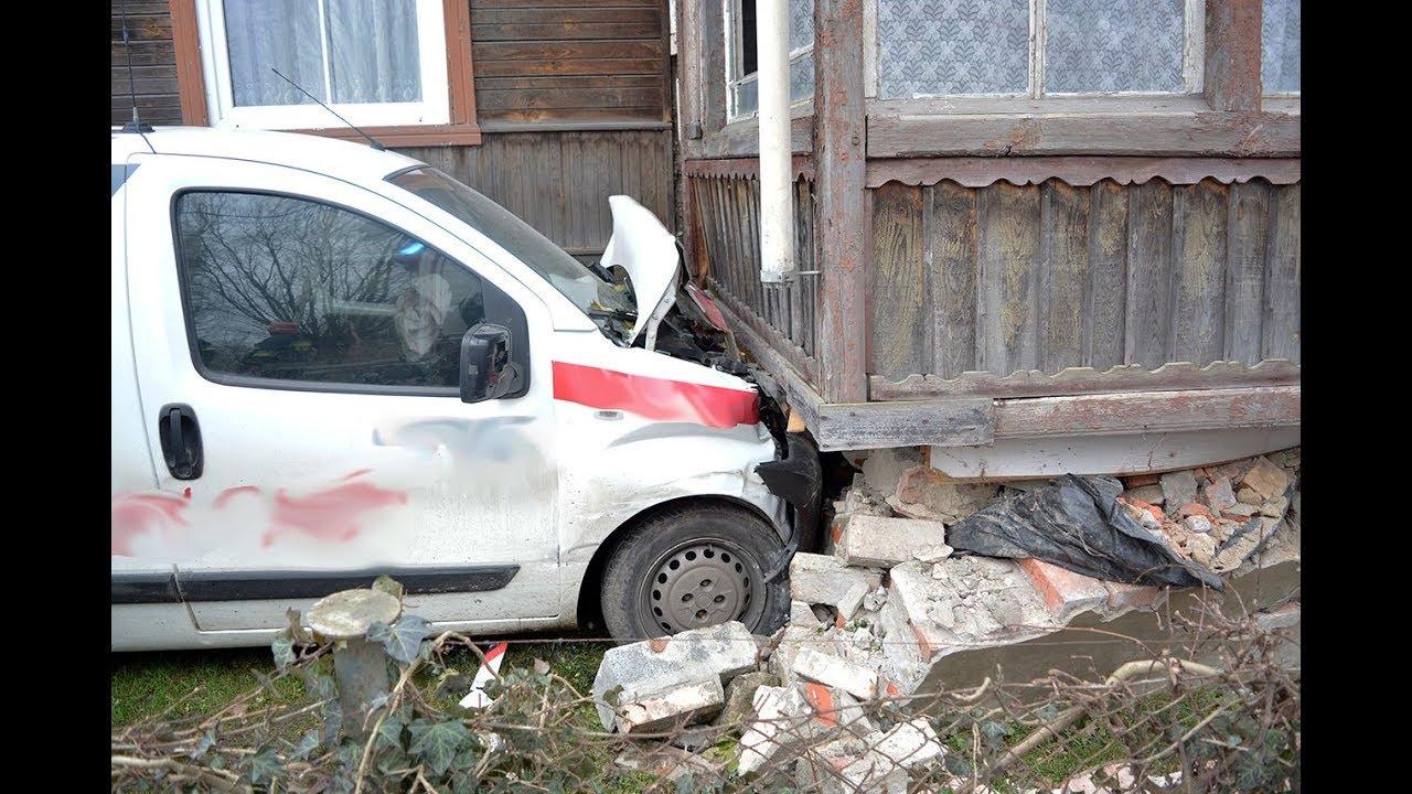 Marzęcino: Firmowe auto uderzyło w ganek budynku mieszkalnego. – 07.12.2017