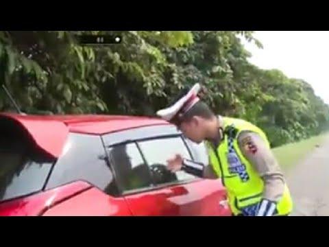 Mobil Merah ini Bikin Polisi Terkejut, Apa yang Terjadi....?