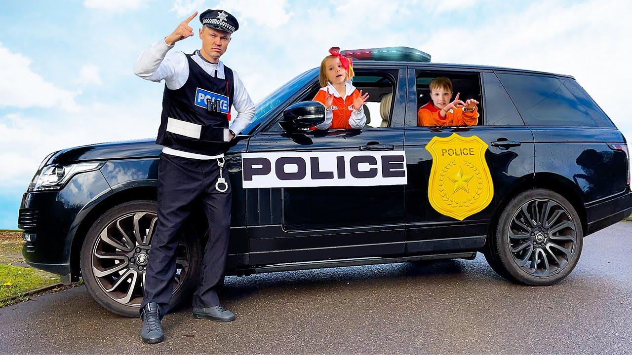 Макс и Катя играют с полицейскими машинами
