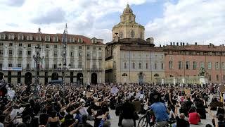 Il momento di silenzio in ricordo di George Floyd durante la manifestazione I Can't Breathe a Torino