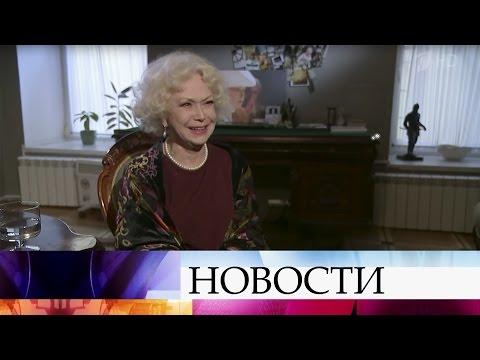 Народная артистка РСФСР Светлана Немоляева принимает поздравления сюбилеем.