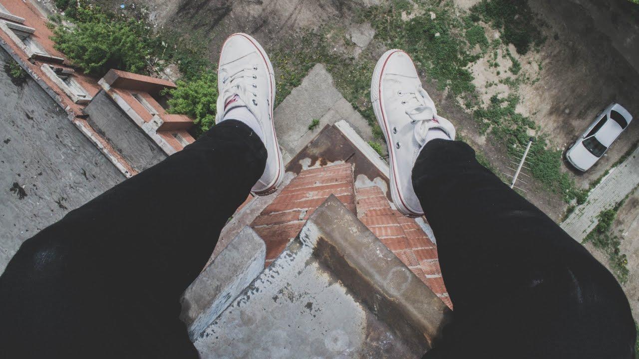 после картинка ноги на краю крыши кружево подчеркивает