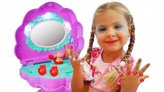 डायना नए खिलौनों के साथ खेलती हैं