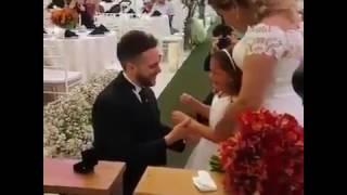 Жених встал на колено перед дочкой невесты