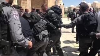 فيديو| الشرطة الإسرائيلية تعتدي على حراس المسجد الأقصى
