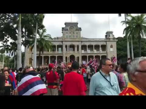 More entering Iolani Palace grounds
