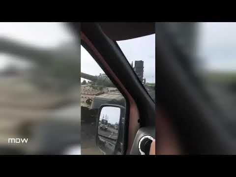 В Санкт-Петербурге с тягача упал боевой танк Т-72