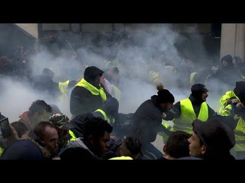 """Tränengas gegen """"Gelbwesten"""" in Paris"""