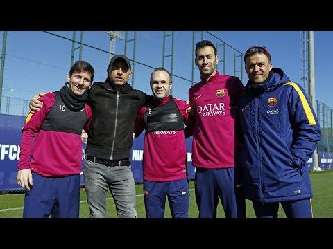 Eros Ramazzotti visita el entrenamiento del primer equipo
