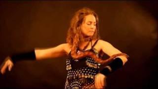 Русалина-танец со змеёй(певица и хип-шаманка Русалина танцует танец внутренней змеи в трансовой медитации.Весь танец идёт от змеи.В..., 2011-03-29T15:17:30.000Z)