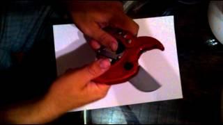 Раскрываем ножницы для резки пластиковых труб