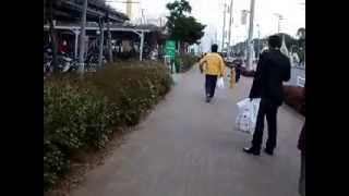 巨大地震が発生その直後、スパーマーケットから次々逃げ出す人々や通行人.