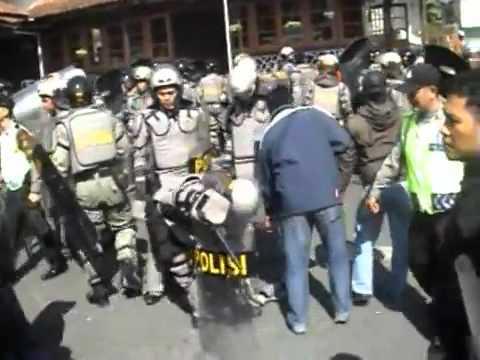 rusuh eksekusi hotel maras cipanas brimob vs pendemo tanpa sensor - YouTube.flv