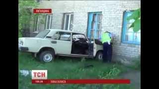 Двоє молодиків вкрали машину і врізалися на ній у будинок