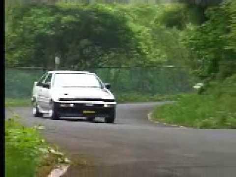Toyota Corolla AE86 vs R34 Nissan Skyline GT-R, downhill race