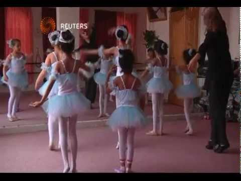 c5fcc966a مدربة روسية تقوم بتدريب بنات صنعاء رقص البالية - YouTube