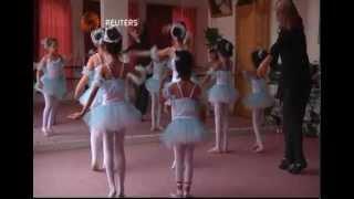 مدربة روسية تقوم بتدريب بنات صنعاء رقص البالية
