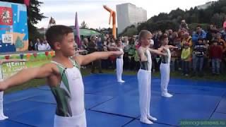 Показательное выступление гимнастов спортивной школы №111