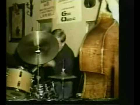 Karel Stuivenberg speelt de drums in de Jonghe Gra...