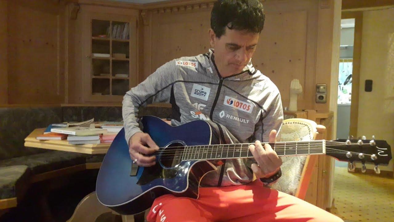 Horngacher daje popis gry na gitarze! Żyła pod wrażeniem