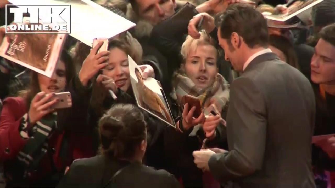 Hugh Jackman surprises his fans @LOGAN WORLD PREMIERE ...
