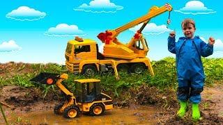 У Тёмы Новый Автокран- Экскаватор Bruder Cat застрял в грязи-Автокран Помогает