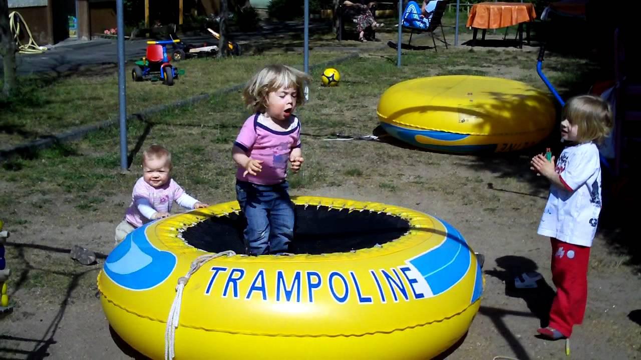 kleiner junge 2 1 2 jahre alt hopst und ruft trampolin trampolin youtube. Black Bedroom Furniture Sets. Home Design Ideas