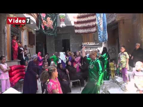 بالفيديو.. سيدة ترقص بـ«السنجة» فى فرح شعبى بمصر القديمة thumbnail