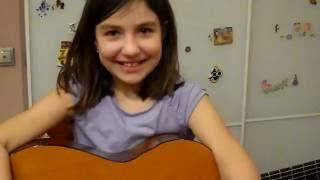 Маша, 9 лет. Исполняет