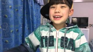 Kenai de 7 anos tentando cantar a música do desenho Irmão Urso,mas ...