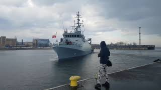 ORP Kormoran i ORP Piorun opuszczają nabrzeże przy Skwerze Kościuszki w Gdyni