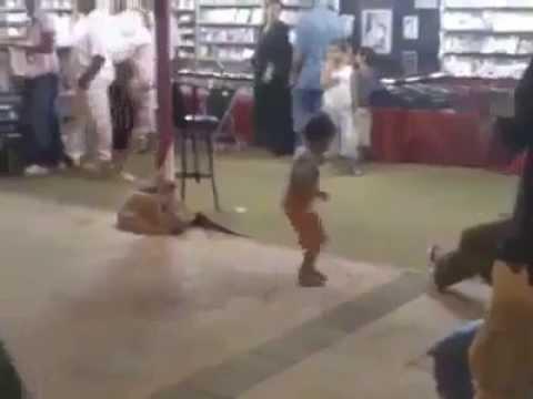 طفل يرقص على الشعبي thumbnail