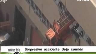 """Camión queda """"volando"""" de un edificio en NY"""