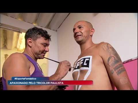 Torcedor símbolo do São Paulo carrega escudo do time no peito todos os jogos