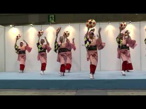 見事な美しい踊りです 花笠音頭